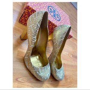 Tory Burch Cream and Gold Metallic Pumps Size 11